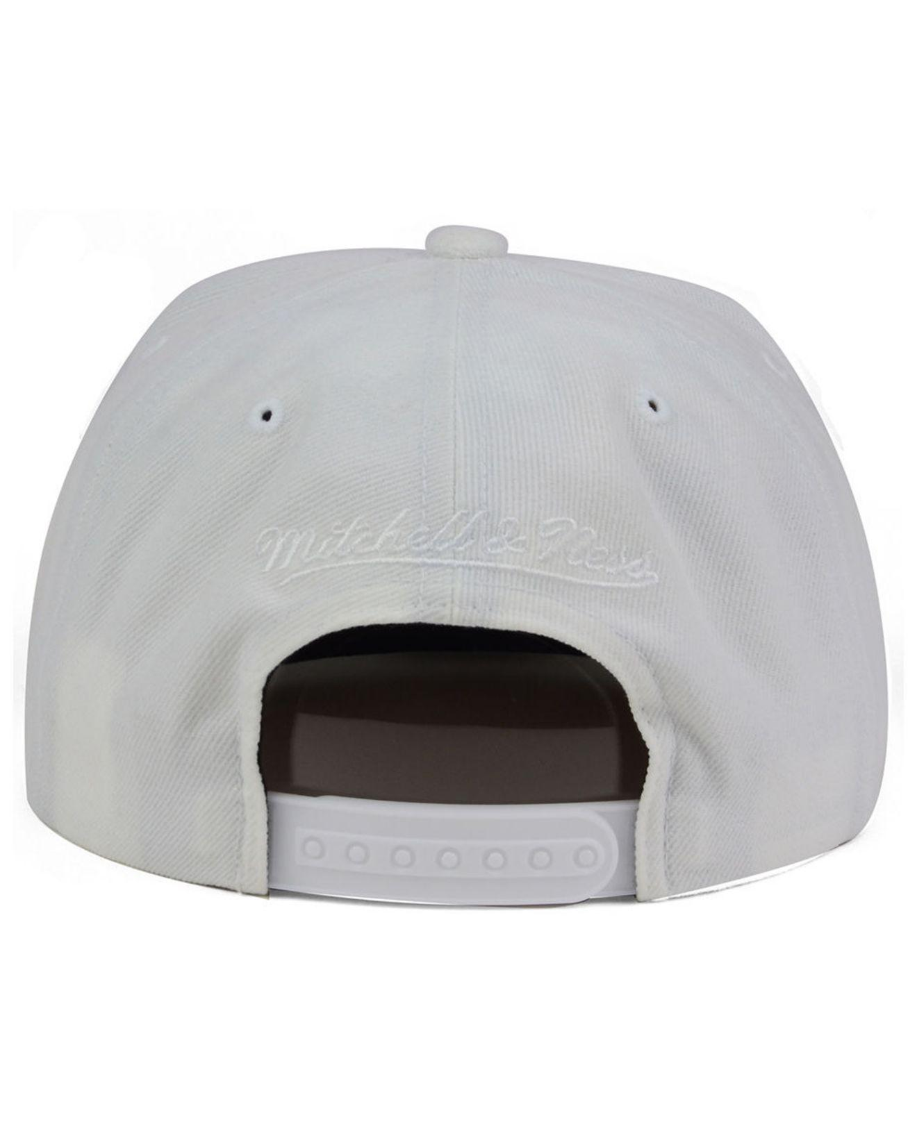 10e44a39f45 Mitchell   Ness - White Chicago Bulls Cropped Xl Logo Snapback Cap for Men  - Lyst. View fullscreen