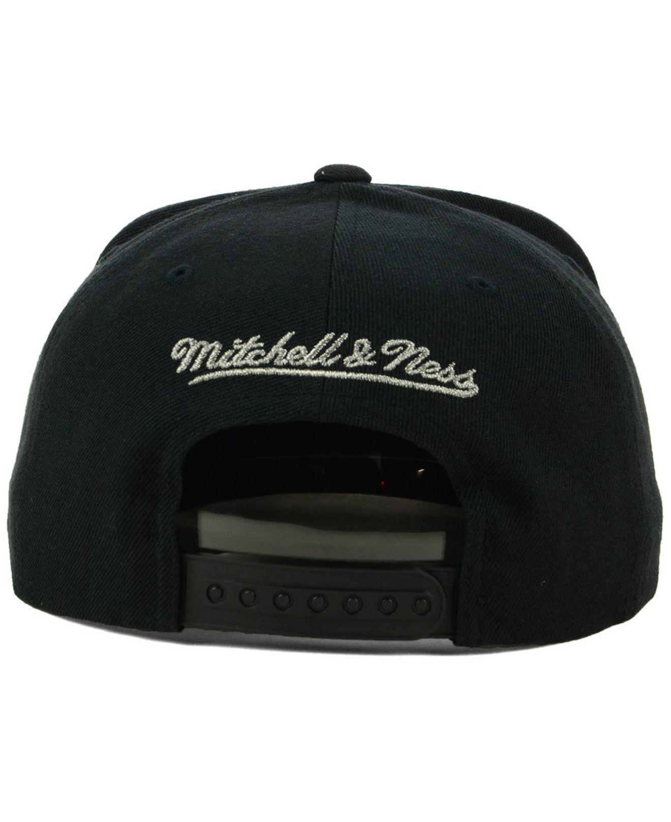 low priced 790ad d8b15 Mitchell   Ness San Antonio Spurs Cropped Metallic Snapback Cap in ...