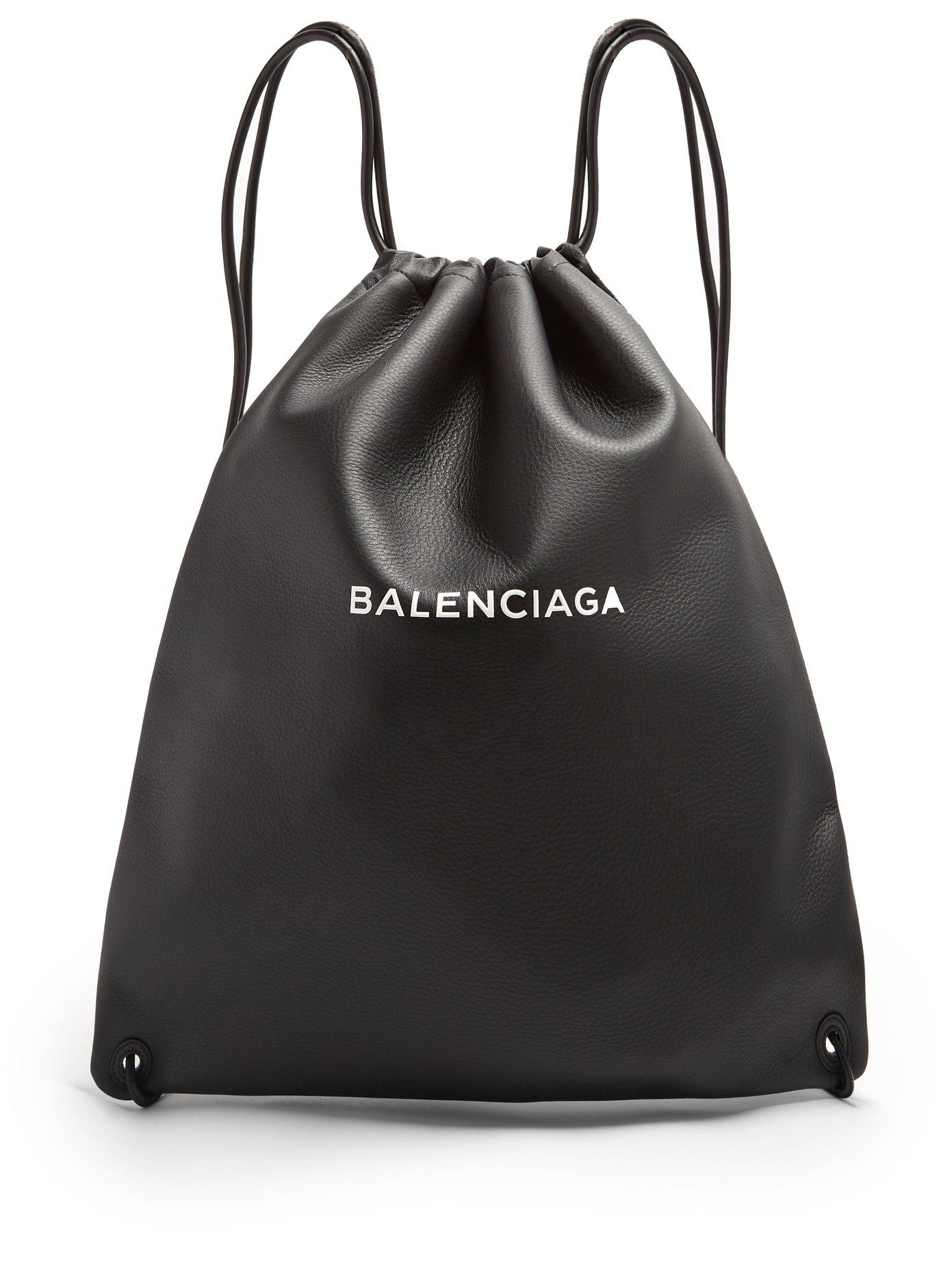 Lyst - Sac à dos en cuir à cordon coulissant et logo Balenciaga pour ... 0ddbb62f7fc
