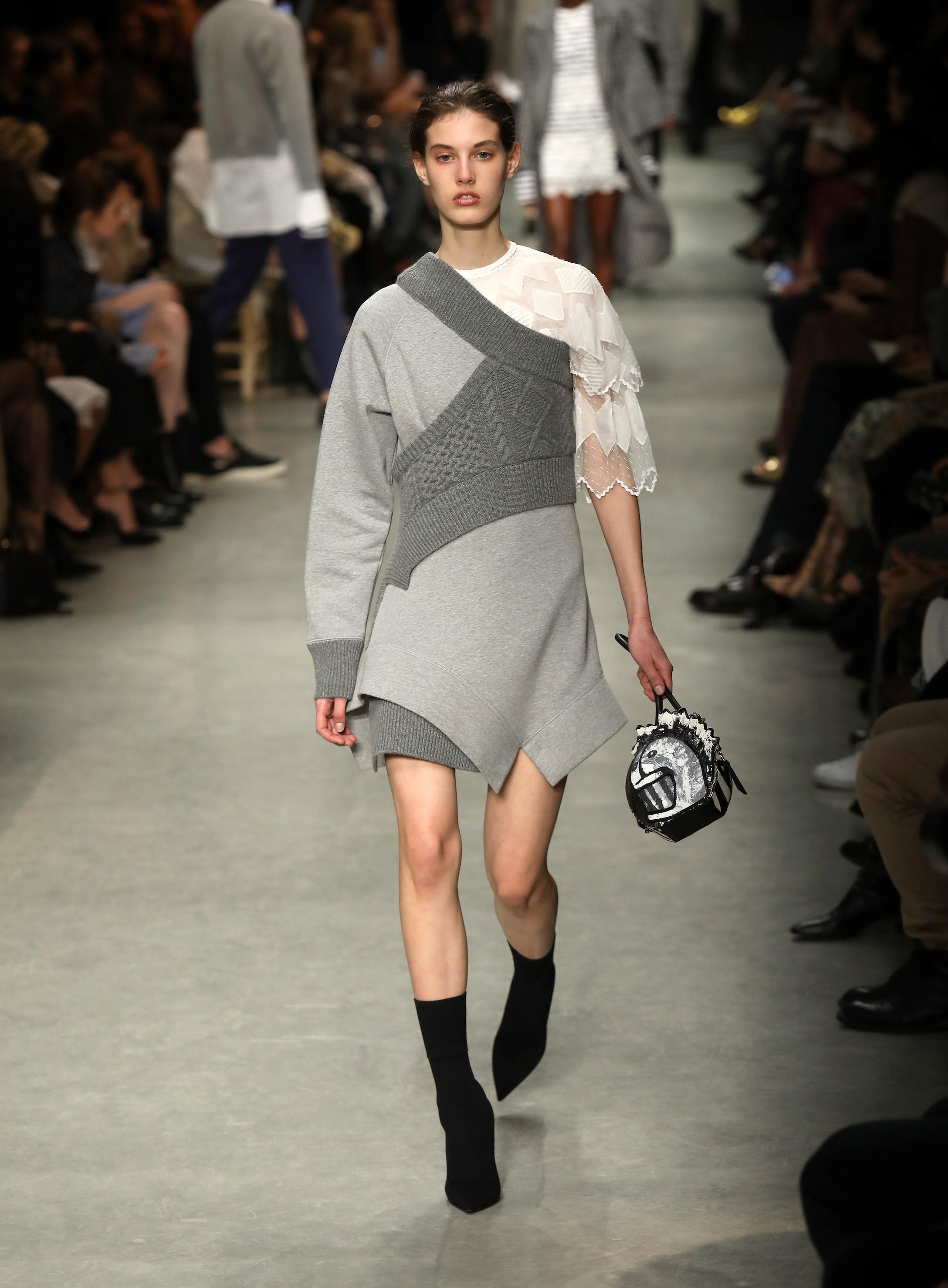 3d125936caec3 Burberry - Gray Robe-pull asymétrique en jersey de coton - Lyst. Afficher  en plein écran