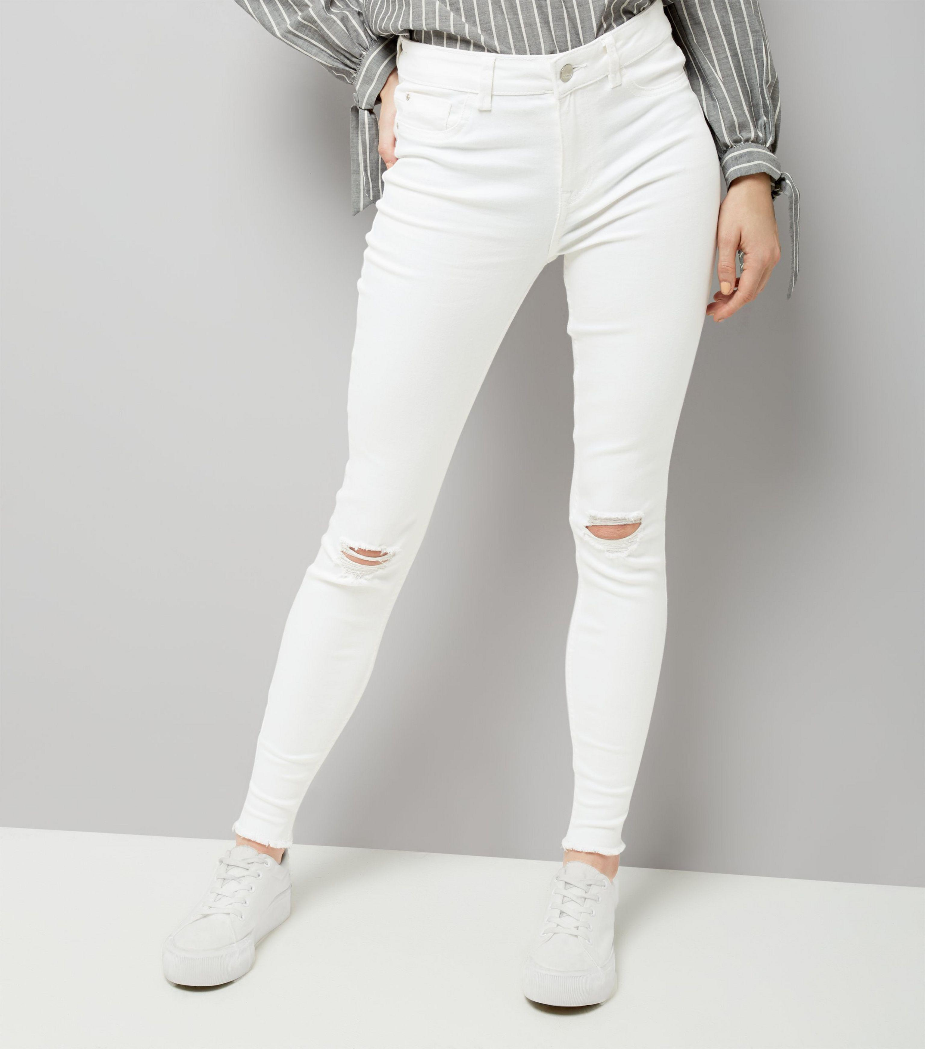 2417294adb0 New Look White Ripped Knee Fray Hem Skinny Jenna Jeans in White - Lyst