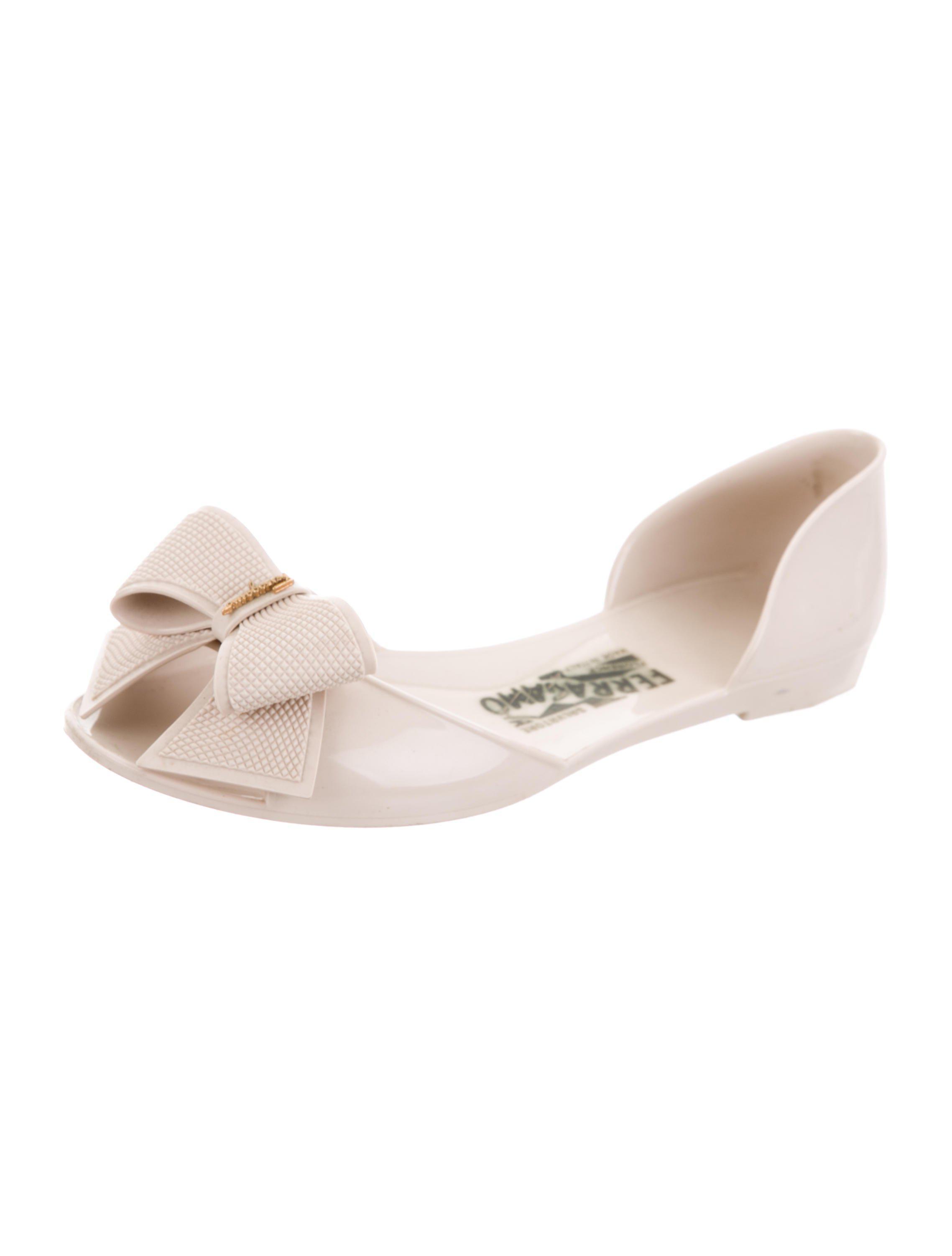 5dc4be4b9 Lyst - Ferragamo Bow Jelly Sandals Beige in Metallic