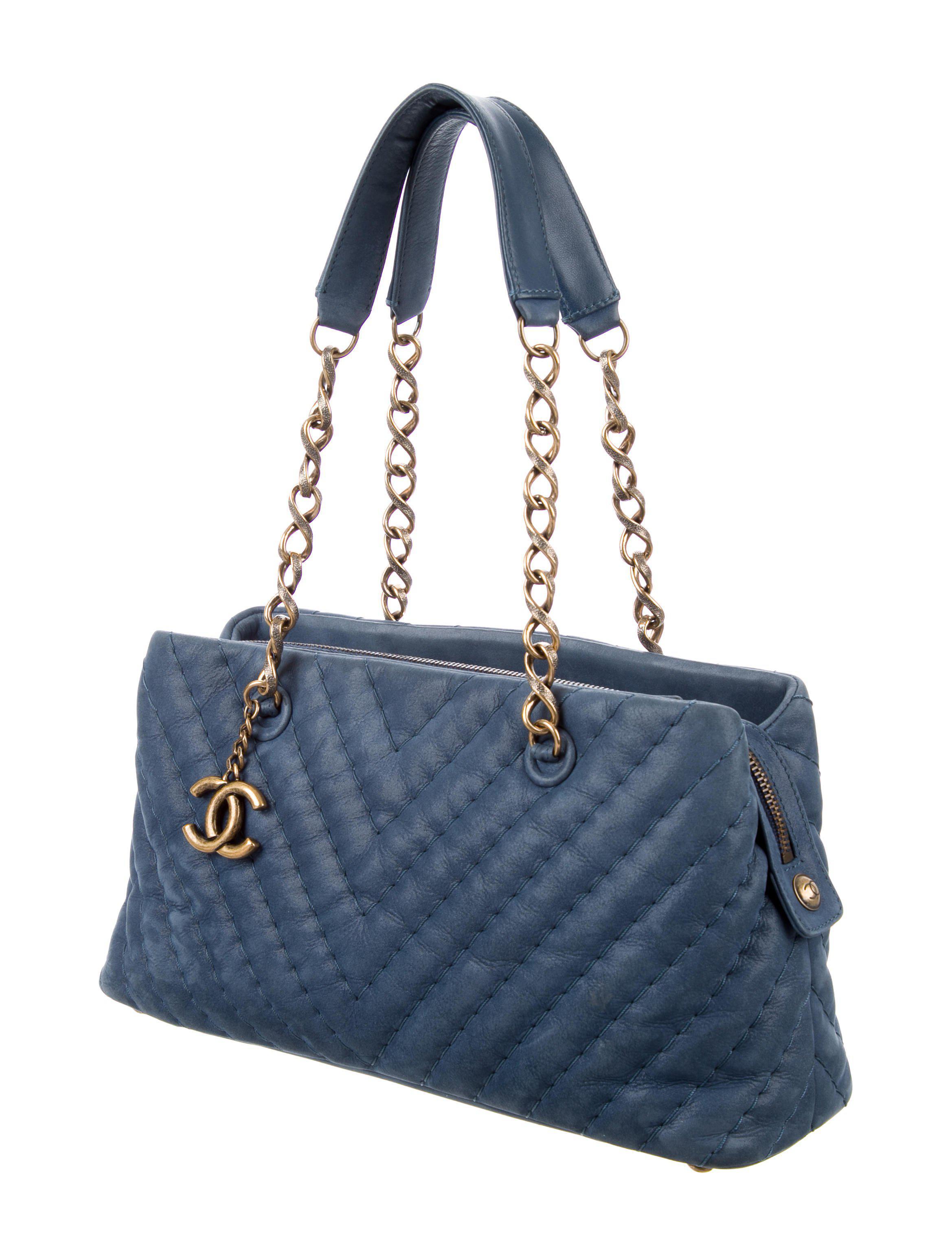 b00a99fe126d Lyst - Chanel Surpique Chevron Small Tote Blue in Metallic